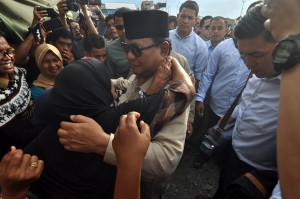 Selain bersilaturahmi serta melihat kondisi pengungsi, Prabowo juga menghadiri pelaksanaan temu kader, relawan dan simpatisan yang digelar di Kota Palu.