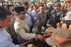 Kehadiran Prabowo di sana juga untuk melihat perkembangan penyaluran bantuan yang diberikan Gerindra untuk para korban.