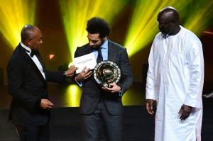 Presiden Konfederasi Sepak Bola Afrika (CAF) Ahmad Ahmad (kiri) didampingi Presiden Liberia George Weah menyerahkan Penghargaan Pemain Terbaik Afrika 2018 kepada penyerang Mesir Mohamed Salah dalam upacara penghargaan di Dakar, Senegal, Selasa, 9 Januari 2019 waktu setempat.