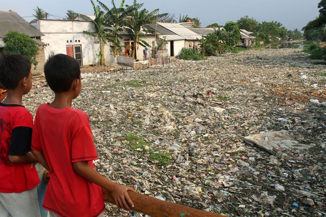 Kali Pisang Batu dipenuhi sampah sepanjang 1,5 kilometer yang mengakibatkan aliran air ke hilir Pantai Marunda terhambat. Sampah didominasi limbah rumah tangga seperti plastik bekas kemasan deterjen, sampo, hingga kasur bekas.