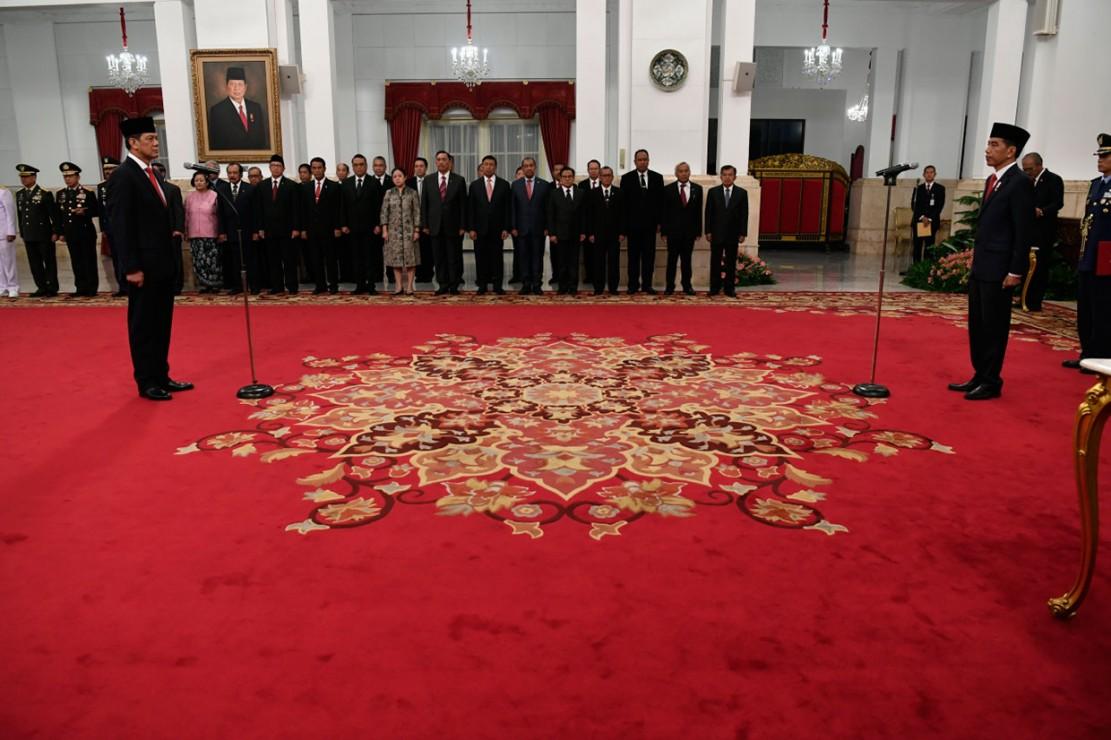 Presiden Joko Widodo melantik Letjen Doni Monardo sebagai Kepala Badan Nasional Penanggulangan Bencana (BNPB), di Istana Negara, Jakarta, Rabu (9/1/2019). Letjen Doni Monardo menggantikan Willem Rampangilei.