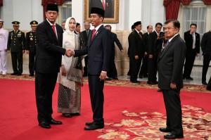 Usai acara pelantikan, Presiden Jokowi diikuti Wakil Presiden Jusuf Kalla serta para undangan lainnya memberikan selamat kepada Kepala BNPB yang baru ini.