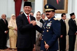 Panglima TNI Marsekal Hadi Tjahjanto memberikan ucapan selamat kepada Kepala BNPB yang baru Doni Monardo.