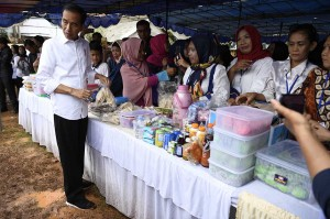Dalam kunjungannya, Jokowi sempat berbincang dan mendengar dengan ibu-ibu nasabah Program Mekaar Binaan Permodalan Nasional Madani (PNM).