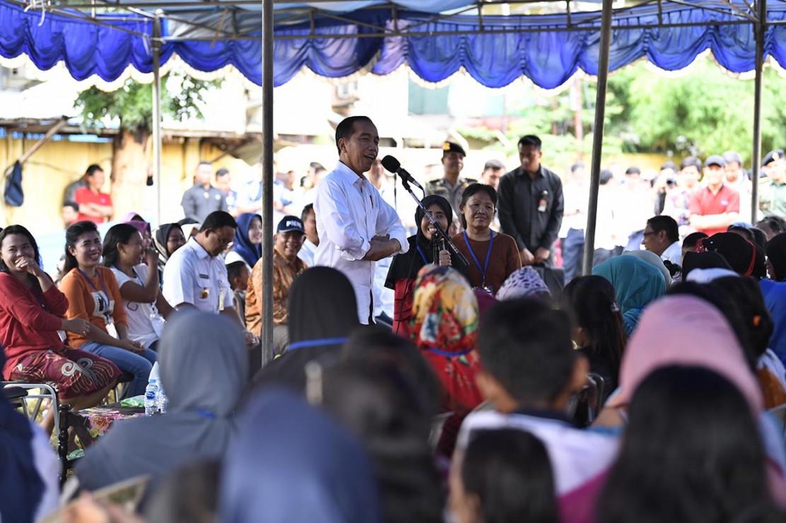 Presiden berharap ibu-ibu nasabah program Mekaar dapat meningkatkan usahanya sehingga bisa membantu perekonomian keluarga.