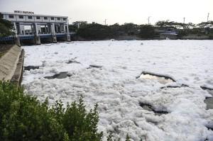 Busa yang muncul tersebut diduga akibat air kanal yang tercemar limbah dari saluran pembuangan warga.