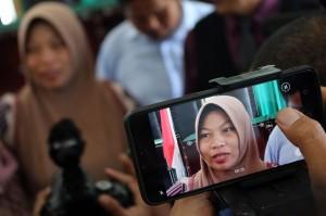 Terpidana kasus pelanggaran UU ITE Baiq Nuril menjawab pertanyaan wartawan usai menjalani sidang perdana pemeriksaan berkas memori PK di Pengadilan Negeri Mataram, NTB, Kamis, 10 Januari 2019.