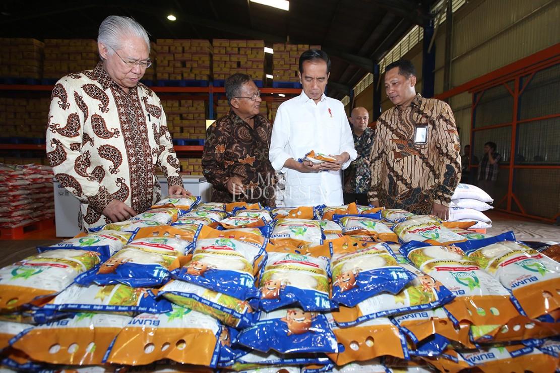 Presiden mengatakan bahwa dari peninjauan terlihat bahwa stok beras pada akhir tahun 2018 hingga saat ini cukup banyak.