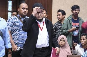 Penyidik KPK Novel Baswedan (kedua kiri) bersiap menjadi saksi dalam sidang kasus perintangan penyidikan perkara korupsi dengan terdakwa Lucas di Pengadilan Tipikor, Jakarta.