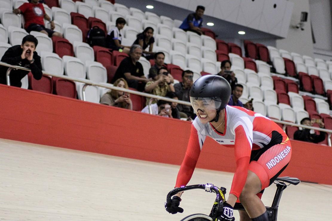 Atlet balap sepeda asal Indonesia Chrismonita Dwi Putri berlaga dalam Final Elite Women 500m Time Trial Asian Track Championship 2019 di Jakarta International Velodrome, Jakarta.