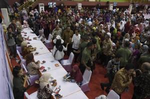 Presiden Joko Widodo didampingi Menteri Sosial Agus Gumiwang Kartasasmita dan Dirut BNI Achmad Baiquni meninjau penyaluran Bantuan Sosial Program Keluarga Harapan di Ciracas, Jakarta.