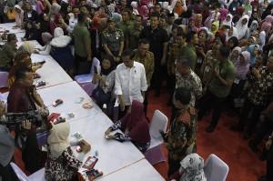 Presiden Joko Widodo (Jokowi) menyampaikan, anggaran yang digelontorkan pemerintah untuk Program Keluarga Harapan (PKH) pada tahun ini mencapai Rp 32 triliun. Angka ini jauh meningkat dibandingkan pada 2015 silam yang sebesar Rp 5.4 triliun.