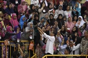 Tak hanya itu, ia mengatakan, jumlah penerima bantuan sosial PKH pun juga menjadi 10 juta orang. Jokowi yakin, jika penyaluran dana bantuan sosial ini tepat sasaran, maka akan menurunkan angka kemiskinan dan meningkatkan kesejahteraan masyarakat.