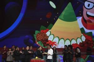Presiden Joko Widodo (kelima kanan) menerima potongan tumpeng dari Founder dan CEO Bukalapak Achmad Zaky (tengah) saat Perayaan HUT ke-9 Bukalapak di Jakarta.