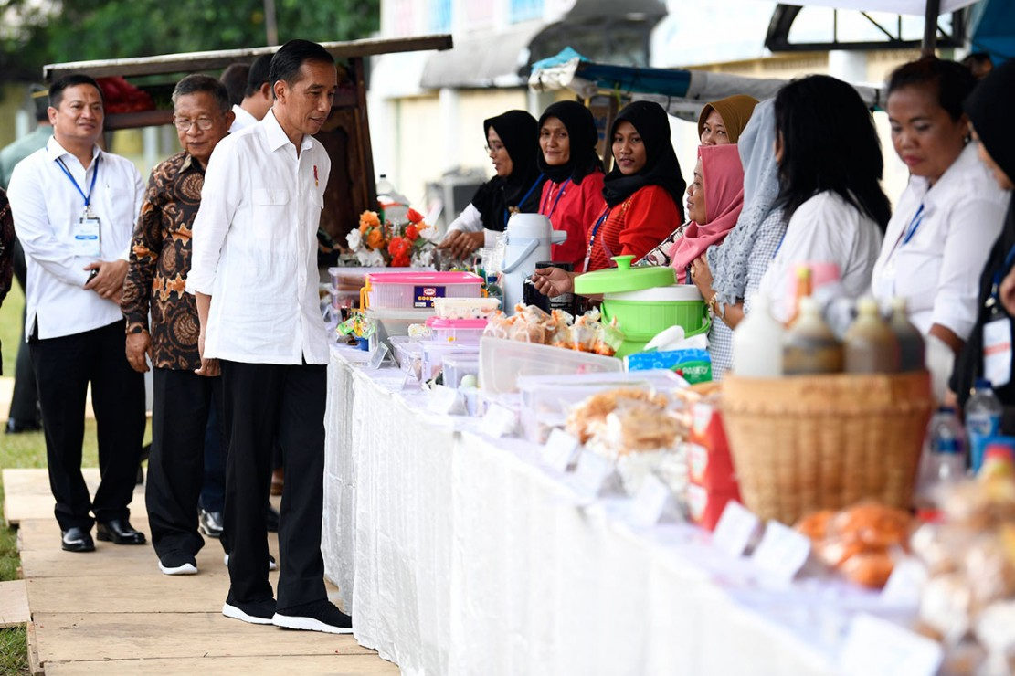 Selain membeli cilok, Jokowi juga memborong peyek kacang, keripik bawang, kerupuk makaroni, pempek, hingga onde-onde.
