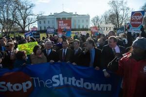 Sebanyak 800 ribu pegawai federal dirumahkan atau diminta bekerja tanpa gaji saat penutupan layanan pemerintah. Penutupan itu dipicu perselisihan antara Trump dan anggota Kongres dari Partai Demokrat atas tuntutan dana sebesar  USD 5,7 miliar (sekitar Rp80,1 triliun) untuk membangun dinding pembatas di perbatasan AS Selatan dengan Meksiko.
