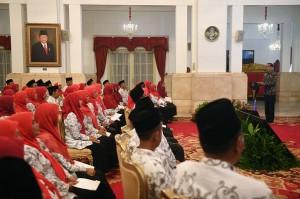 Presiden Jokowi menyatakan bahwa peran guru di seluruh Indonesia sangat penting karena pendidikan sebagai pintu masuk sebuah kemajuan.