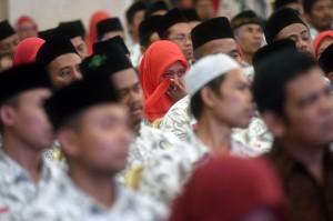 Seorang guru menangis saat mengikuti acara silaturahmi antara Presiden Jokowi dengan Persatuan Guru Seluruh Indonesia (PGSI) di Istana Negara.
