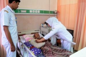 Muhammad T Bardan, 65, mendapat perawatan intensif di RSUD Zainal Abidin, Banda Aceh. Korban amukan gajah tersebut mengalami patah tulang dan luka serius pada tangan kanannya. Korban diamuk gajah liar saat membersihkan kebun kacang di kawasan Gampong Lhok Sandeng, Kecamatan Meurah Dua, Pidie Jaya.
