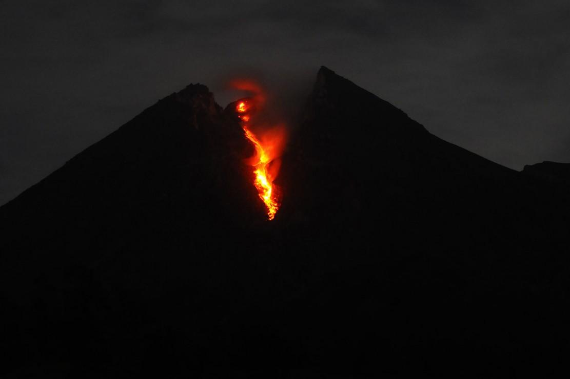 Luncuran lava pijar Gunung Merapi terlihat dari wilayah Balerante, Kemalang, Klaten, Jawa Tengah, Sabtu, 12 Januari 2019 dini hari WIB.