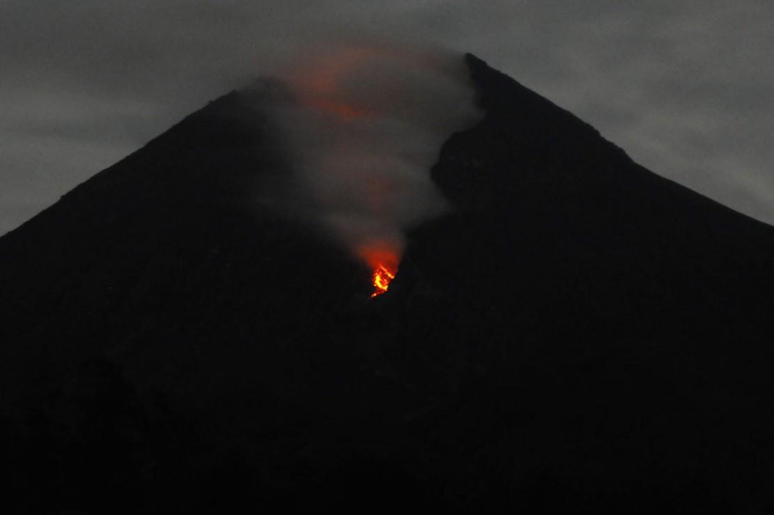 Berdasarkan data pengamatan Balai Penyelidikan dan Pengembangan Teknologi Kebencanaan Geologi (BPPTKG) kembali terjadi luncuran lava pijar Gunung Merapi pada tanggal (12/1/2019) pukul 02.31 WIB.