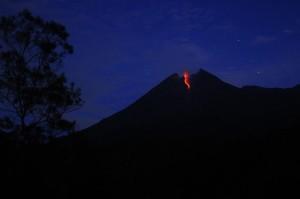 Jarak luncur lava pijar sejauh 900 m ke arah hulu Kali Gendol, dengan tingkat aktivitas Merapi masih pada level II Waspada.