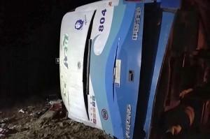 Sebuah bus wisata terbalik setelah mengalami kecelakaan di dekat Kota Guantanamo di Kuba timur, Jumat, 11 Januari 2019 waktu setempat.
