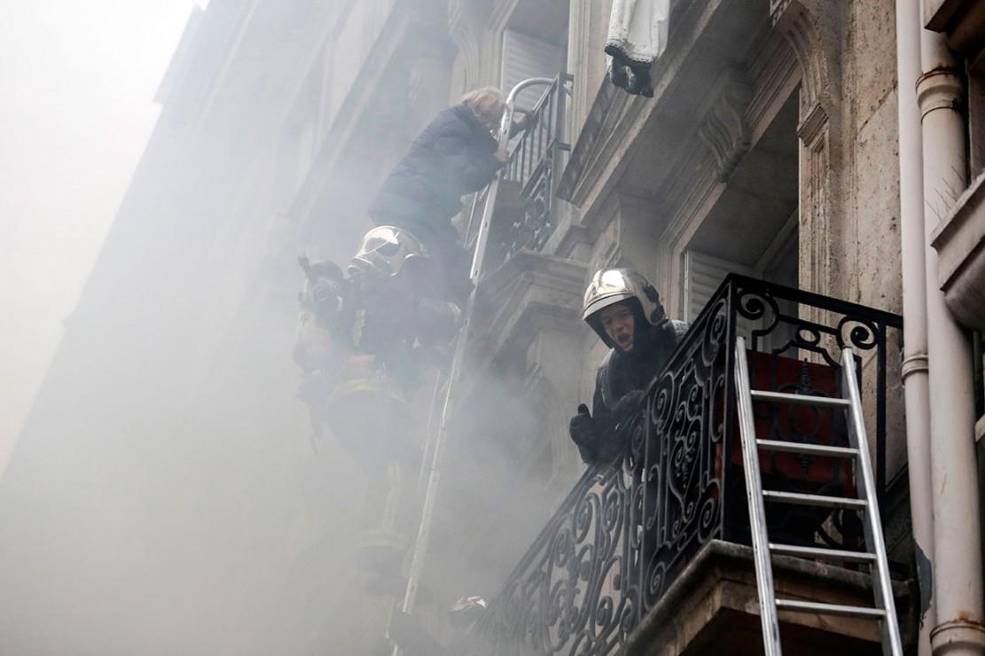 Kebakaran terjadi setelah ledakan yang terjadi sekitar pukul 09.00 waktu setempat di distrik ke-09, sebuah area perumahan dan perbelanjaan. Petugas kemadam dengan sigap mengevakuasi orang-orang yang terjebak di dalam gedung.