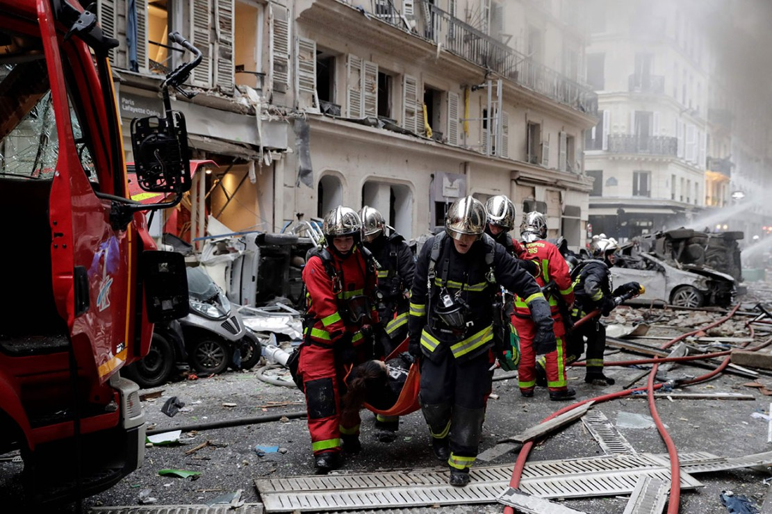 Kejadian tersebut mengakibatkan beberapa orang terluka serta menghancurkan jendela-jendela bangunan di dekat lokasi sumber ledakan.