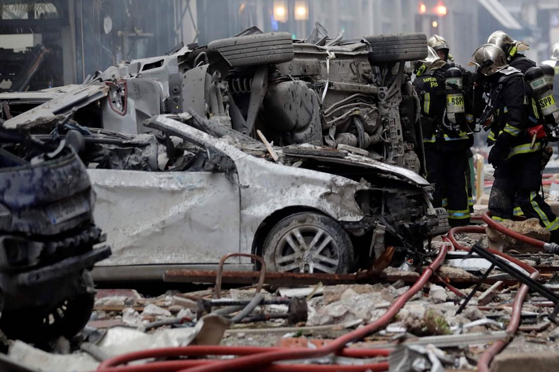 Sejumlah mobil yang terparkir di dekat lokasi juga mengalami kerusakan cukup parah.