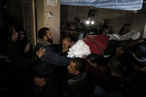 Warga dan kerabat memakamkan Amal Mustafa Taramsi, 43, perempuan Palestina yang ditembak tentara Israel selama aksi protes di perbatasan Jalur Gaza, Sabtu, 12 Januari 2019.