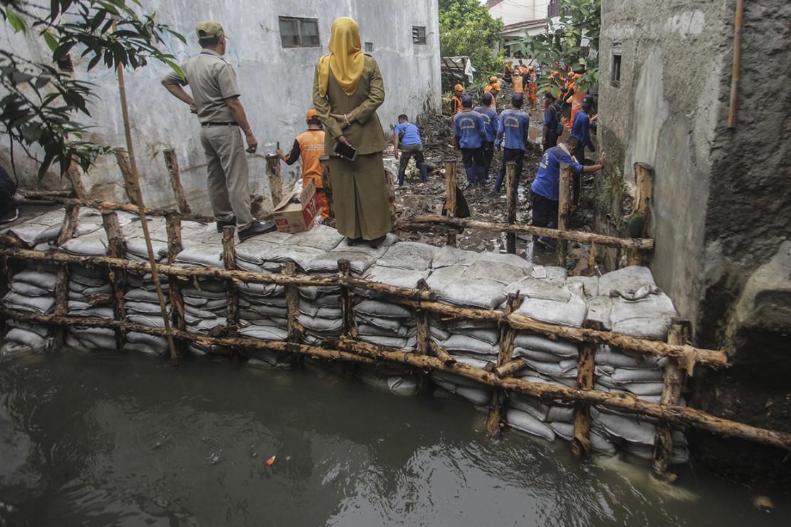 Akibat jebolnya tanggul Kali Pulo yang terjadi pada Minggu (13/1) tersebut, Badan Penanggulangan Bencana Daerah (BPBD) Provinsi DKI Jakarta mencatat air dengan ketinggian 50-60 cm merendam wilayah RT 003 dan RT 004 di RW 006.
