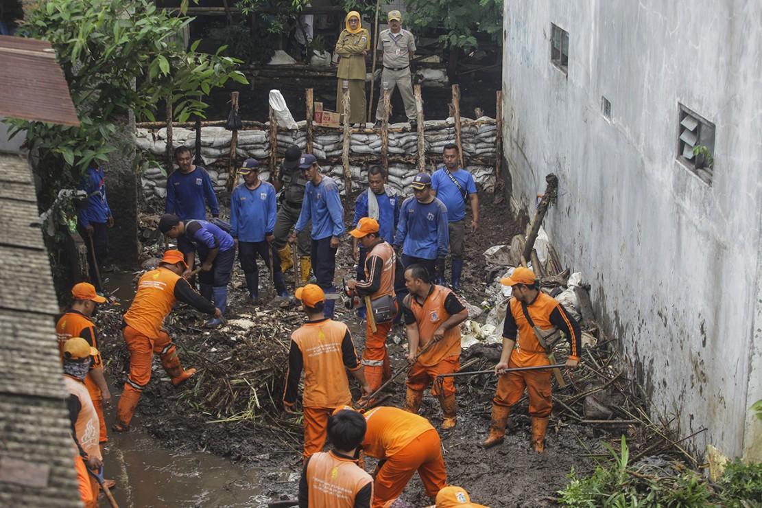 Sebelumnya, tanggul di Kali Pulo pernah jebol pada 2017. Gubernur DKI Jakarta Anies Baswesan sempat berencana memperkuat tanggul dan memperlebar saluran sungai tersebut.