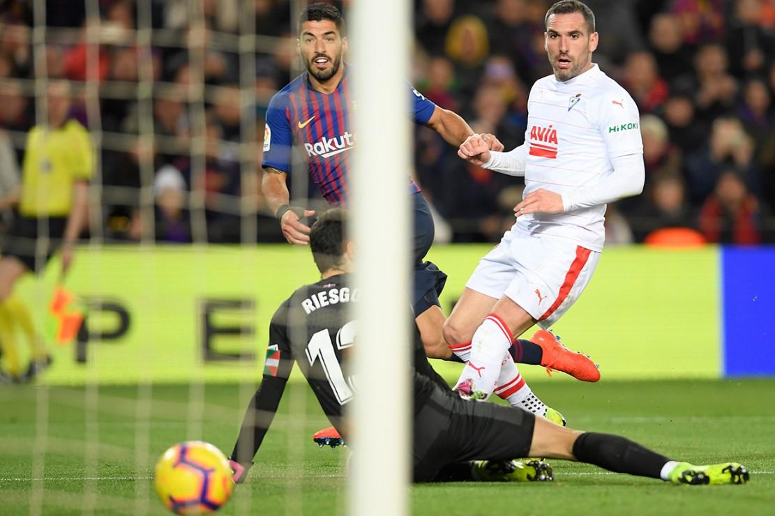 Capaian 400 gol Messi sedikit mengalihkan perhatian dari keberhasilan Luis Suarez menyarangkan dua gol dalam kemenangan Barcelona tersebut.