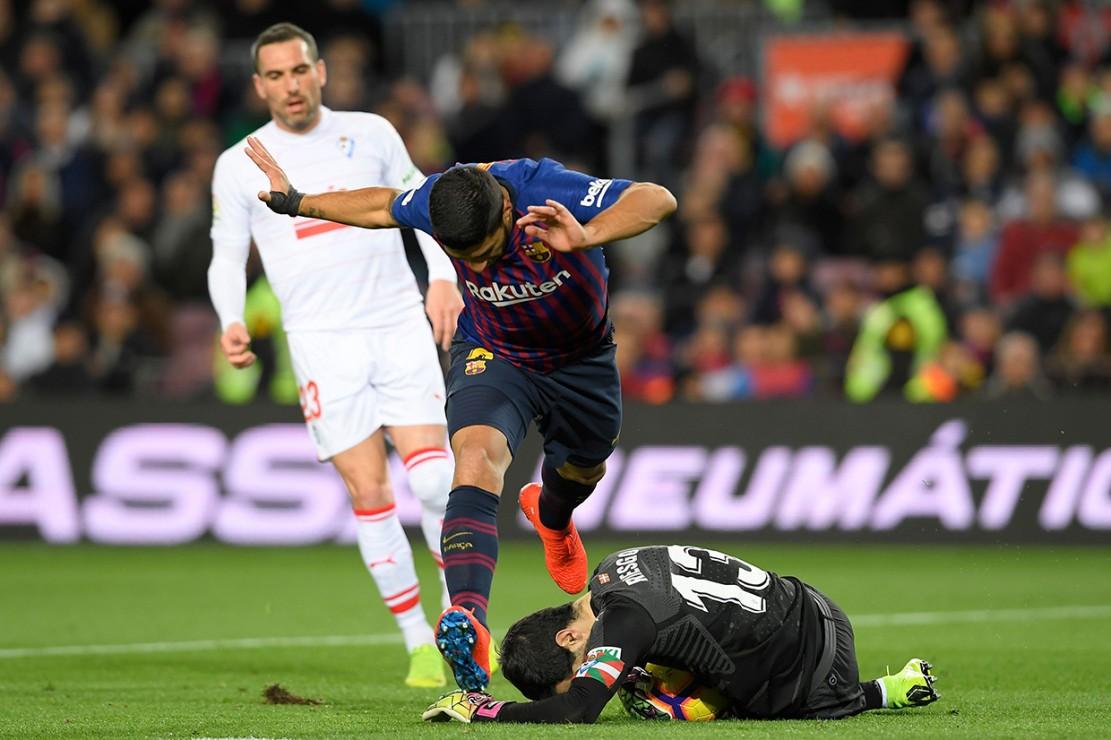 Gol pertama Suarez tercipta pada menit ke-19 saat ia melepaskan tembakan melengkung menyambut umpan dari Coutinho. Gol kedua Suarez hanya berjarak enam menit dari gol ke-400 Messi di Liga Spanyol.