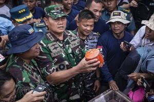 Panglima Koarmada I Laksamana Muda TNI Yudo Margono (tengah) menunjukkan kondisi bagian kotak hitam (black box) berisi Cockpit Voice Recorder (CVR) pesawat Lion Air bernomor registrasi PK-LQP dengan nomor penerbangan JT 610 yang telah ditemukan oleh Dinas Penyelamatan Bawah Air (Dislambair) Koarmada I di KRI Spica-934 , perairan Tanjung Karawang, Jawa Barat.
