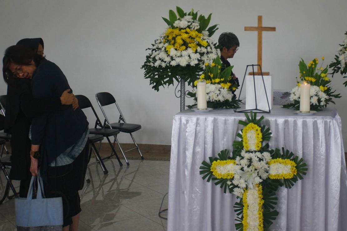 Keluarga dan kerabat berdoa dia samping peti jenazah Robby Tumewu di Rumah Duka Oasis Tangerang, Banten. Aktor yang juga perancang busana Robby Tumewu meninggal dunia dalam usia 65 tahun karena sakit stroke yang dideritanya dan rencananya jenazah akan dikremasi pada Kamis (17/1). Antara Foto/Muhammad Iqbal