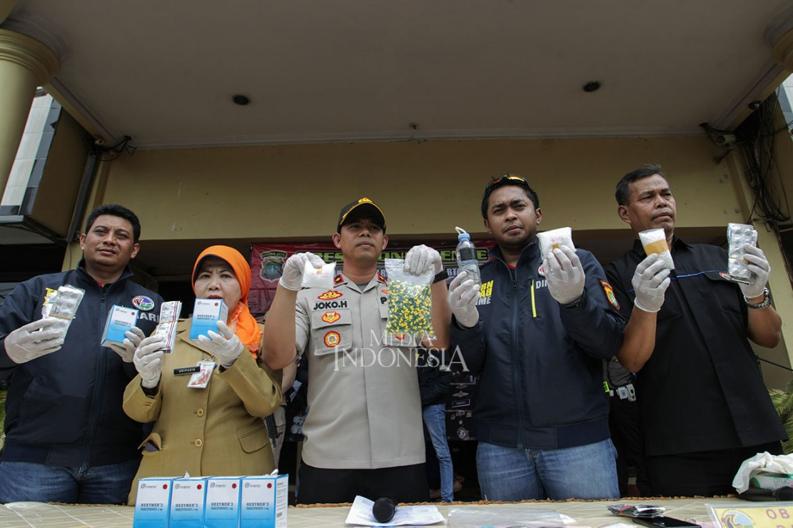 Kapolsek Kembangan Kompol Joko Handono (tengah) menunjukkan barang bukti saat memberikan keterangan kepada awak media tentang pengungkapan kasus narkoba di lingkungan sekolah di Polres Jakarta Barat, Jakarta, Selasa, 15 Januari 2019.