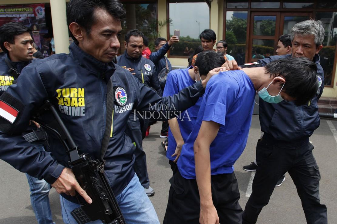 Dua dari tiga tersangka merupakan kakak beradik berinisial DL dan CP yang merupakan pegawai di salah satu sekolah di Jakarta Barat. Sementara satu tersangka lainnya, AJ bertindak sebagai kurir.