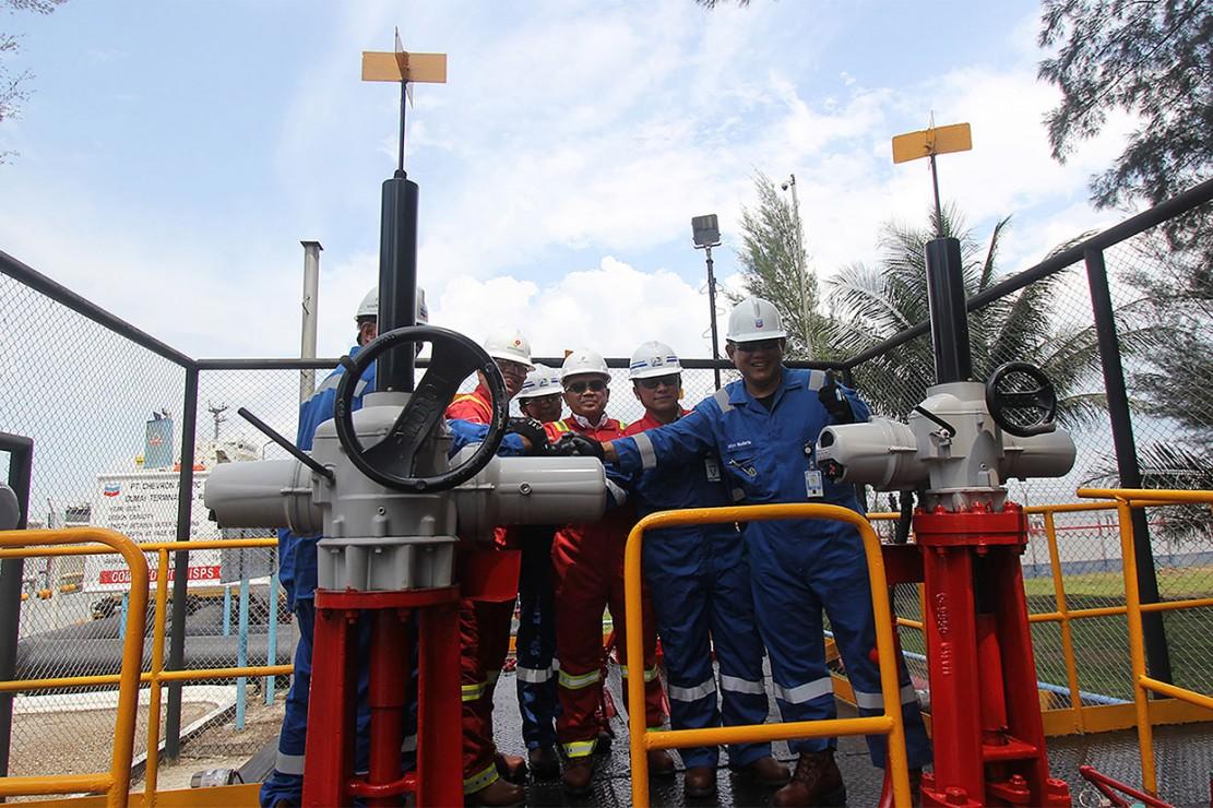 VP Supply Export Operation PT. Pertamina (Persero), Agus Witjaksono (kedua kanan) bersama Senior VP PGPA PT. CPI Wahyu Budiarto (kanan), dan rombongan menekan tombol sirine sebagai tanda peresmian lifting perdana minyak mentah (crude oil) di Terminal Oil Wharf No.1 Pelabuhan PT. CPI di Dumai, Riau, Selasa, 15 Januari 2019.