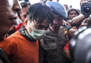 Penyanyi Januarisman Runtuwene dihadirkan saat rilis kasus penyalahgunaan narkoba di Mapolres Pelabuhan Tanjung Priok, Jakarta.