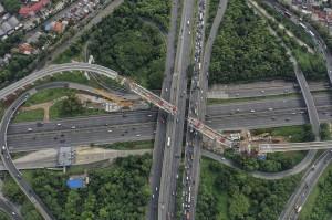 Foto udara pemasangan U Shaped Girder pada proyek pembangunan kereta api ringan (LRT) Jabodebek rute Cawang - Cibubur di simpang susun Pasar Rebo, Jakarta.