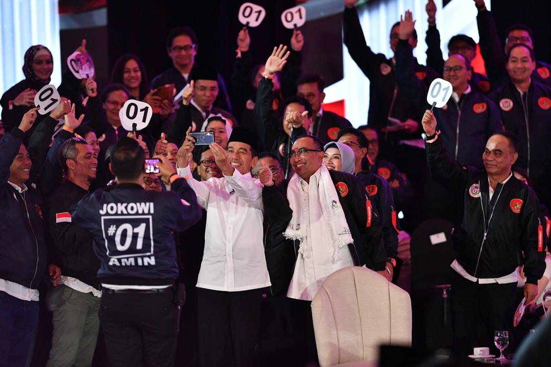 Capres nomor urut 01 Joko Widodo berswafoto bersama pendukungnya saat jeda Debat Pertama Capres & Cawapres 2019, di Hotel Bidakara, Jakarta.