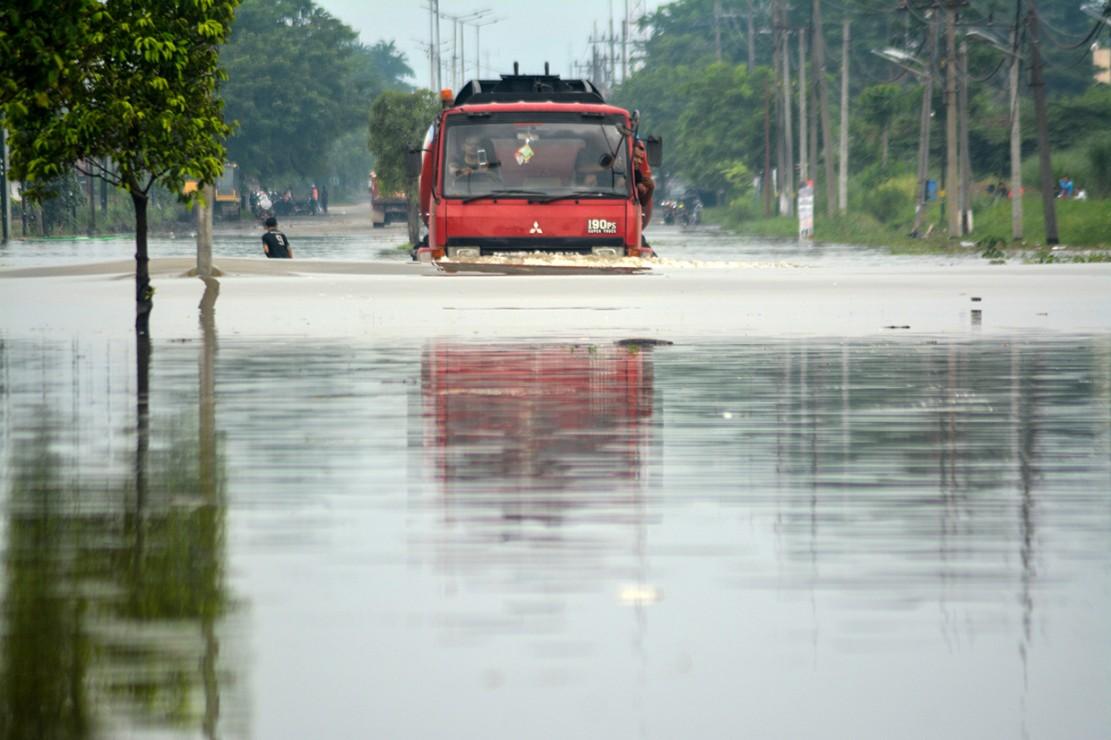 Banjir yang diakibatkan curah hujan tinggi sejak Jumat (18/1) malam tersebut mengakibatkan jalan raya Porong terendam air setinggi 70 cm.
