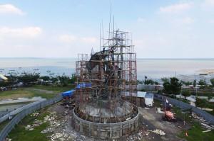 Patung yang memiliki tinggi sekitar 25 meter tersebut akan menjadi patung lambang Kota Surabaya terbesar di kota itu dan direncanakan akan rampung pada Maret 2019.