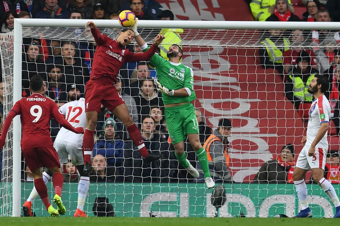 Di awal babak pertama penjaga gawang Crystal Palace Julian Speroni berhasil mengamankan gawangnya dari peluang yang didapat pemain belakang Liverpool Virgil van Dijk.