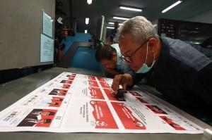 Ketua Komisi Pemilihan Umum (KPU) Arief Budiman (kanan) memeriksa hasil cetak surat suara di PT. Temprina Media Grafika Jalan Raya Sumengko Km 30-31 Wringinanom Gresik, Jawa Timur, Minggu, 20 Januari 2019.