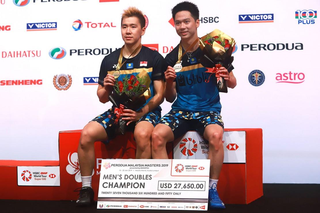 Kevin Sanjaya Sukamuljo/Marcus Fernaldi Gideon menunjukkan medali yang baru saja mereka raih dalam ajang Malaysia Masters 2019. Kevin/Marcus menundukkan pasangan tuan rumah Ong Yew Sin/Teo Ee Yi di babak final yang digelar di Axiata Arena, Kuala Lumpur, Minggu, 20 Januari 2019.