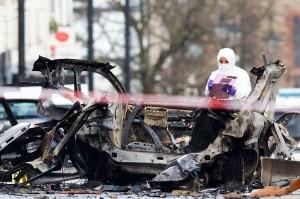 Petugas forensik melakukan pemeriksaan terhadap puing-puing mobil pascaledakan bom di Londonderry atau lebih dikenal Derry, Irlandia Utara, Minggu, 20 Januari 2019 waktu setempat.