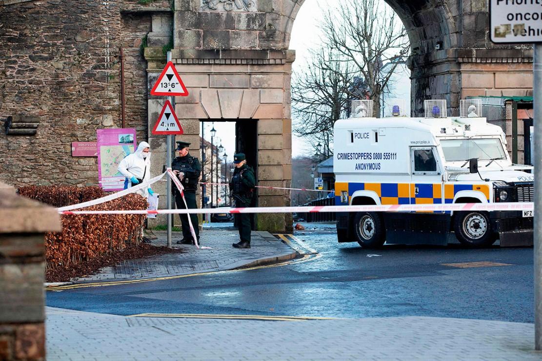 Polisi telah menangkap empat orang yang diduga terkait bom mobil tersebut, dan tengah menyelidiki apakah kelompok militan IRA Baru terlibat atas serangan tersebut.